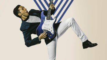 Cory Wong met blauwe gitaar